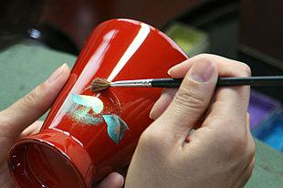幾重にも漆が塗られた伝統工芸「輪島塗」の繊細な蒔絵を体験