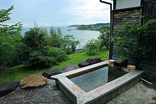 1日4組限定の能登の宿「ふらっと」。絶景露天風呂と獲れたて魚介のイタリアンを楽しむ