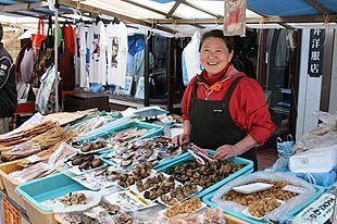 ずらっと並ぶ海産物と干物!輪島朝市は地元のおばちゃんたちとの会話も楽しみ