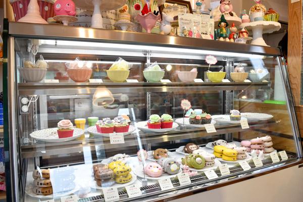 カップケーキもそれと同じです。『Sweets market cafe』のショーケースは\u201cケーキ屋さん \u201dとして飾っていないので、『n,style』で取り扱っているお皿などの商品もショー