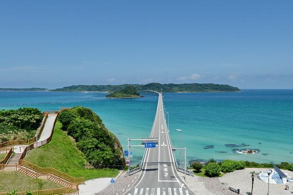 角島大橋と島全体を一望できるこの\u201c絶景ポイント\u201dは単なる一般道路上。風景を楽しむ際には、くれぐれも車に気をつけて